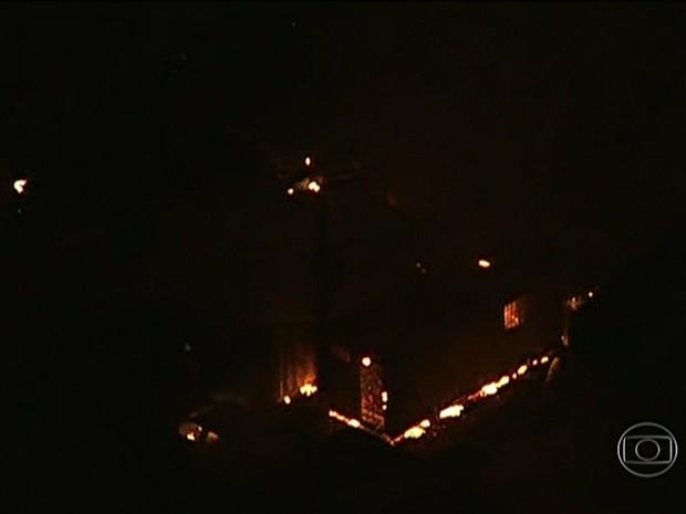 Contêiner da UPP foi incendiado (Foto: Reprodução / TV Globo)