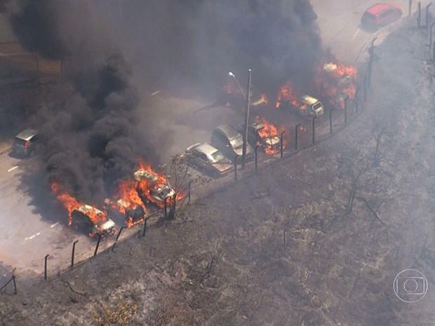 Carros pegam fogo no bairro Estoril, em Belo Horizonte (Foto: Reprodução / TV Globo)
