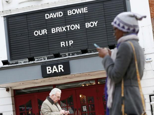 Cinema no bairro de Brixton, em Londres, faz homenagem a David Bowie (Foto: Stefan Wermuth/Reuters)