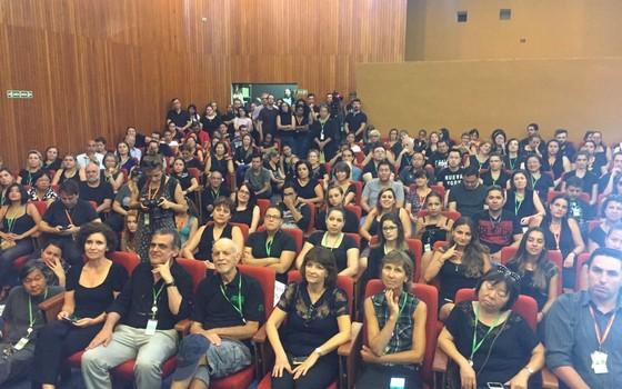 Funcionários do Instituto Butantan, em São Paulo. Eles se vestiram de preto para se opor à demissão do diretor Jorge Kalil (Foto: Jorge Kalil)