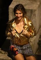 Gisele Bündchen brinca com decote ao posar para fotos na França