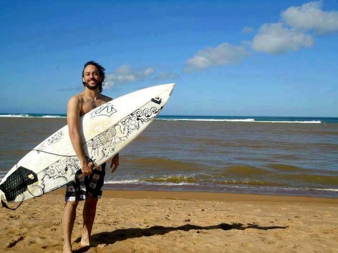 Gabriel O Pensador surfando na praia de Regência/ES (Foto: Vinicius Rodrigues / Divulgação)