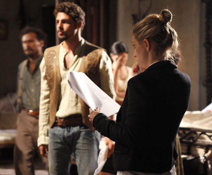 Amora dirige Cauã Reymond em 'Cordel Encantado' (Foto: TV Globo)