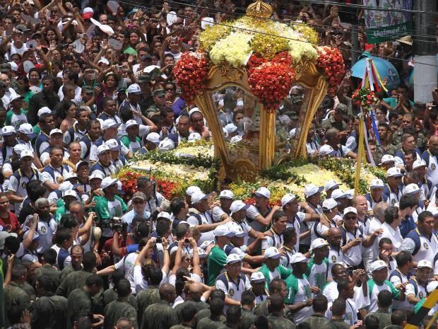 Berlinda conduz Nossa Senhora em meio a multidão de milhares de pessoas no Círio. (Foto: Henrique Felício / O Liberal)