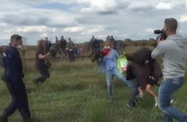 Cinegrafista  Petra Lazlo, do canal N1TV, colocou o pé na frente de um homem que tentava escapar de um policial. Ele levava uma criança no colo (Foto: Da BBC)