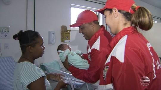 'Vai ser bombeiro', diz mãe sobre bebê que nasceu no carnaval da Bahia