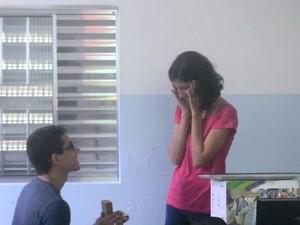 Mariany foi surpreendida por pedido de casamento por meio de videogame em Cubatão (Foto: G1)