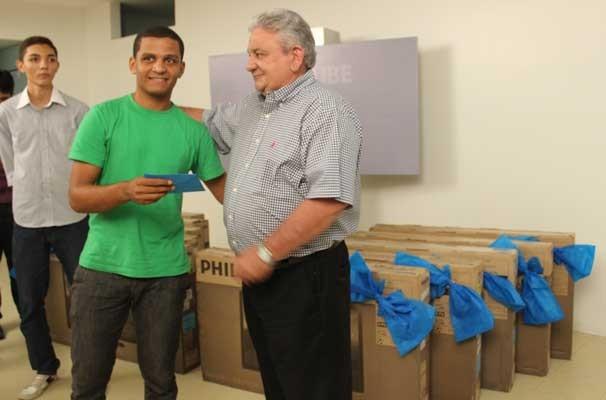 Vencedores recebem prêmio das mãos de Sergisnando Alencar (Foto: Katylenin França)