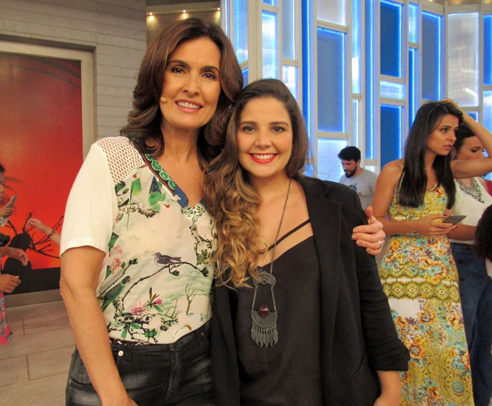 A apresentadora com a estudante Jéssica  (Foto: Priscilla Massena/Gshow)