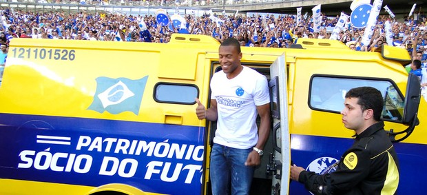 Júlio Baptista apresentado meia do Cruzeiro (Foto: Marco Antônio Astoni)