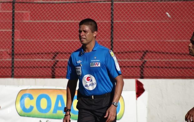 Árbitro Francisco Carlos, Chicão (Foto: Leonardo Freire/GLOBOESPORTE.COM)