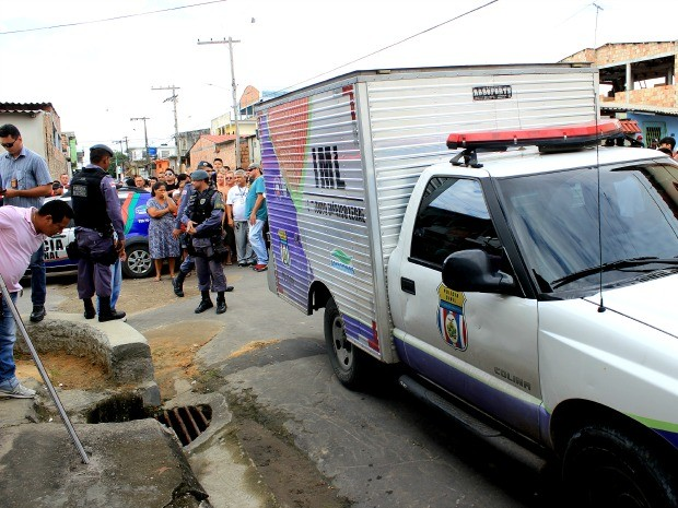 Corpo esquartejado foi encontrado em bueiro, na Zona Norte de Manaus (Foto: Marcos Dantas/G1 AM)