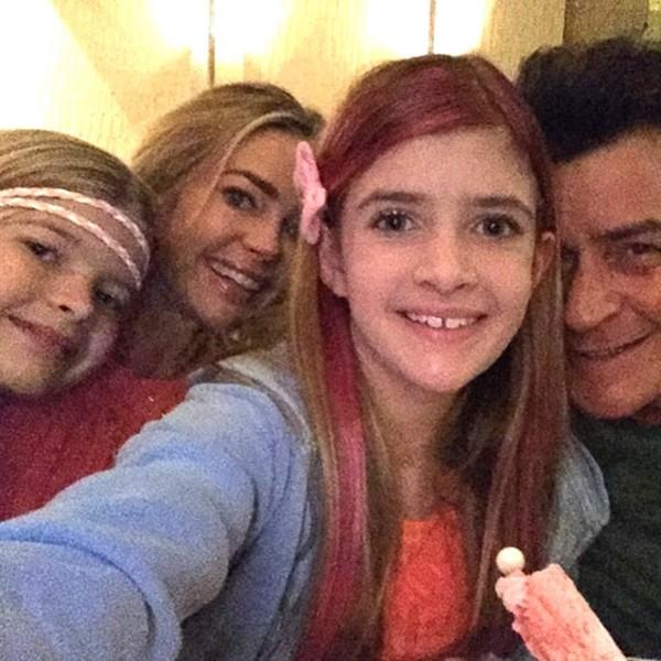 Denise Richards, Charlie Sheen e as filhas (Foto: Instagram)