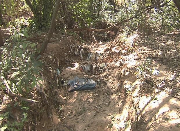 Onde antes havia nascente, agora há apenas sujeira e seca (Foto: Reprodução / TV TEM)