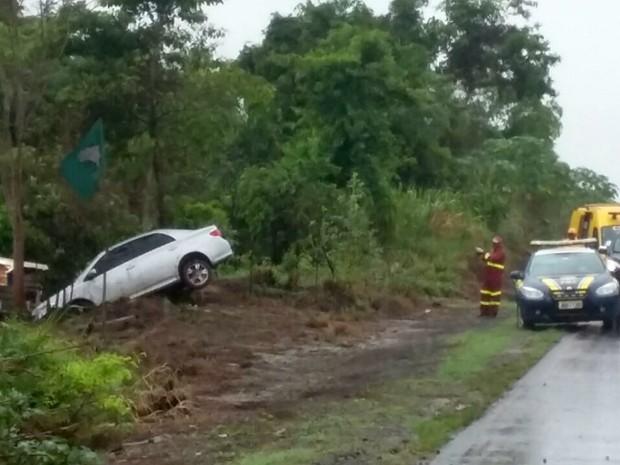 Carro aquaplanou, bateu em poste e atingiu árvore na BR-163 (Foto: Divulgação/ PRF)