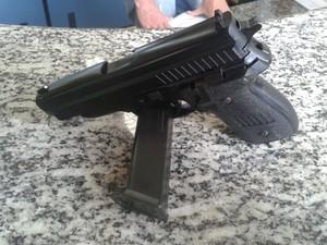 Réplica de pistola foi apreendida na ação (Foto: Divulgação/PM)