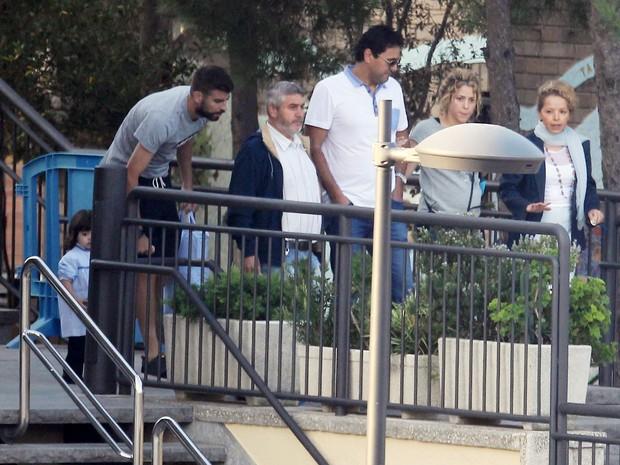 Grávida, Shakira e o marido, Piqué, buscam o filho, Milan, na escola em Barcelona, na Espanha (Foto: Getty Images)