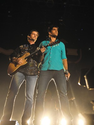 Victor e Leo gravam o novo CD e DVD em show para mais de 100 mil pessoas (Foto: Divulgação/Washington Possato)