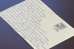 O bilhete entregue pela antiga dona do móvel ao casal (Foto: Reprodução Youtube/WTNH)
