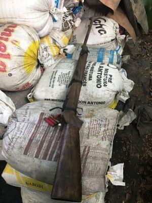 Carga furtada de vagão foi recuperada e espingarda apreendida em São Vicente, SP (Foto: Divulgação/Polícia Civil)