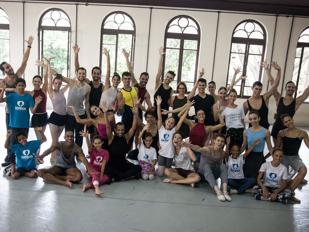 Ao fina da aula, crianças foram chamadas para dançar com os bailarinos (Foto: Fabio Tito/G1)
