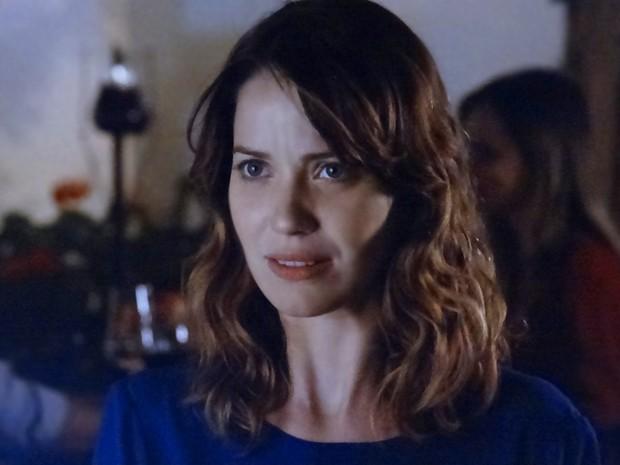 """Laura fica preocupada com Caíque falar """"sozinho"""" (Foto: Gshow)"""