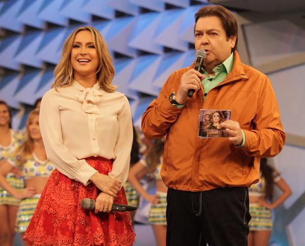Claudia Leitte bate papo com Faustão no palco do Domingão (Foto: Raphael Dias / TV Globo)
