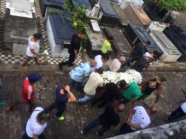 Enterro de Leonardo Moura, em Salvador (Foto: Henrique Mendes/G1)