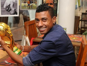 Kleberson num restaurante que tem um prato com o nome do jogador (Foto: Andr&#233; Dur&#227;o / Globoesporte.com)
