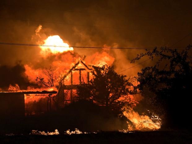 Incêndio no Arizona consome casa na cidade de Yarnell. Ao menos 200 das 500 residências da área foram atingidas pelo fogo. (Foto: Tom Story, Arizona Republic/AP)