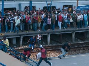 Trens paradores não seguem até   a Central do Brasil e os passageiros são   obrigados a descer na estação de São  Cristóvão que está lotada.  (Foto: EBRS JR./Estadão Conteúdo)