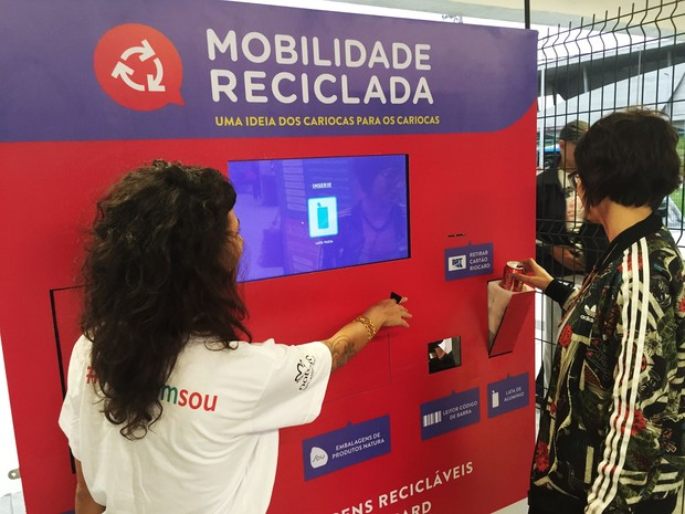 Usuário coloca lixo reciclável em máquina instalada no Terminal Alvorada (Foto: Divulgação/Benfeitoria)