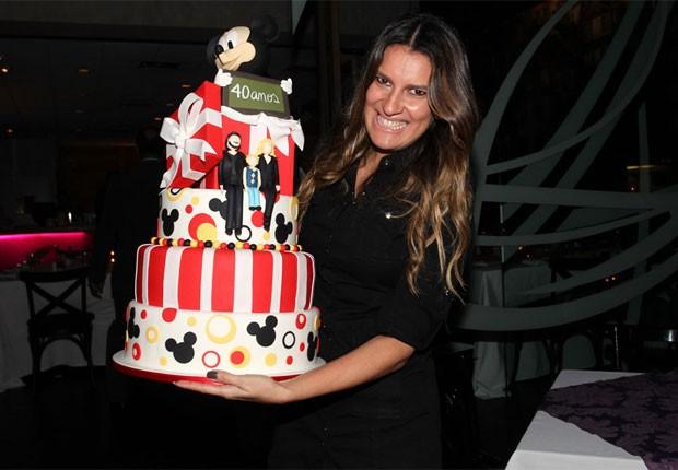 Homenagem De Aniversario 18 Anos Jean Filho: Adriane Galisteu Ganha Bolo De Aniversário Personalizado