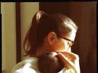 'Mãe mais feliz de todas', diz Carolina Ferraz dois dias após dar à luz