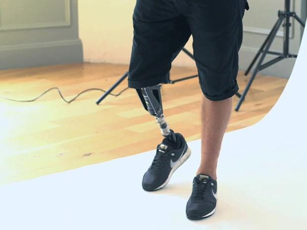 Rapaz usa uma prótese na perna direita (Foto: BBC/Reprodução)