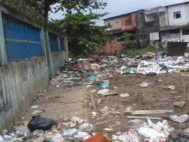 Acumulo de lixo tem causado transtornos para os moradores do bairro (Foto: Adriana das Graças/VC no G1)