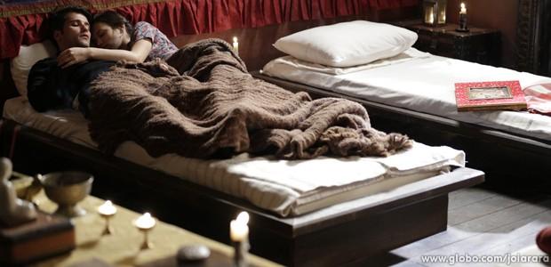 Franz e Amélia caem no sono e Pérola sai de fininho do quarto (Foto: Fábio Rocha/TV Globo)
