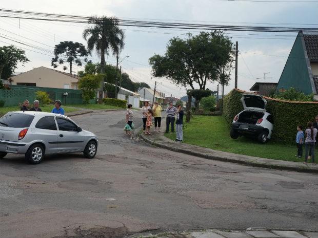 Carro ficou parado em meio à cerca viva de uma residência na tarde deste sábado (18), em Curitiba (Foto: Jaqueline Soek/Na Hora Certa)