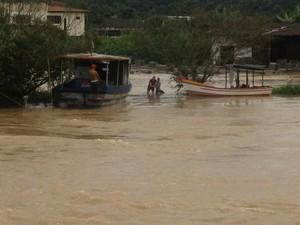 Pescadores tentam salvar a embarcação no no Rio Camboriú (Foto: Peter Lee Grando/Divulgação)