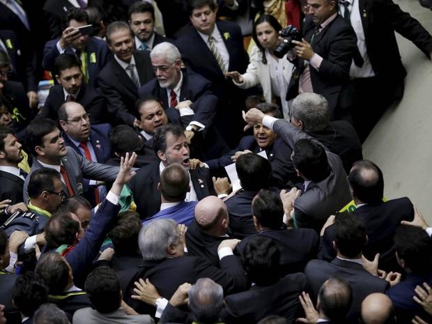 Confusão entre deputados no plenário da Câmara após a reabertura da sessão especial para votar o processo de impedimento da presidente Dilma Rousseff (Foto: Ueslei Marcelino/Reuters)