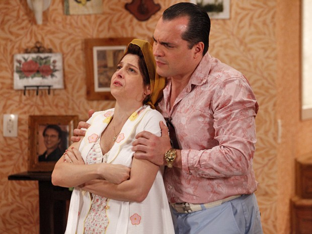 Nenê consola a irmã e já bola um plano para se dar bem com as finanças da viúva Roberta (Foto: Guerra dos Sexos/ TV Globo)
