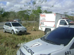 Corpo foi encontrado amarrado às margens da BR-230 (Foto: Gil Ribeiro/TV Paraíba)
