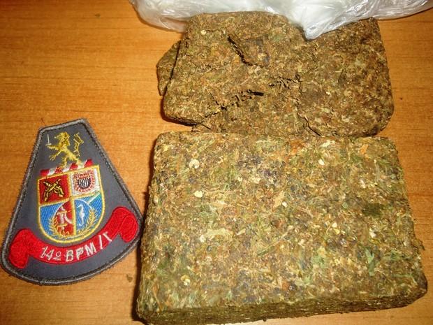 Tijolo de maconha apreendido em Registro pesa meio quilo (Foto: Divulgação / Polícia Militar)