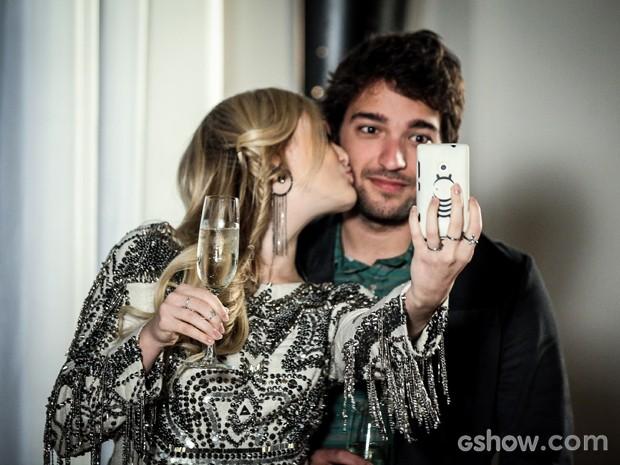 Megan faz selfie com Davi com direito a beijo no rosto (Foto: Camila Camacho / TV Globo)