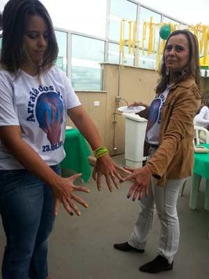 Ana Carolina (esquerda) diz que torce pelo lateral Marcelo, porque ele usa a camisa número 6, mesmo júmero de dedos que ela tem nos pés e mãos (Foto: Raquel Morais/G1)