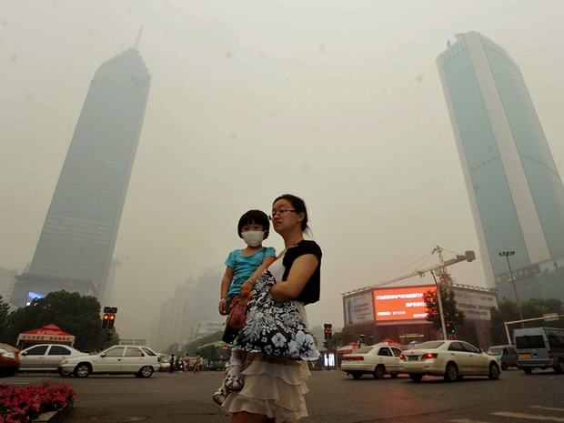 A metrópole chinesa de Wuhan foi coberta por nuvem amarelada espessa nesta segunda (11). Aumentando os temores de poluição entre seus nove milhões de habitantes. (Foto: AFP)
