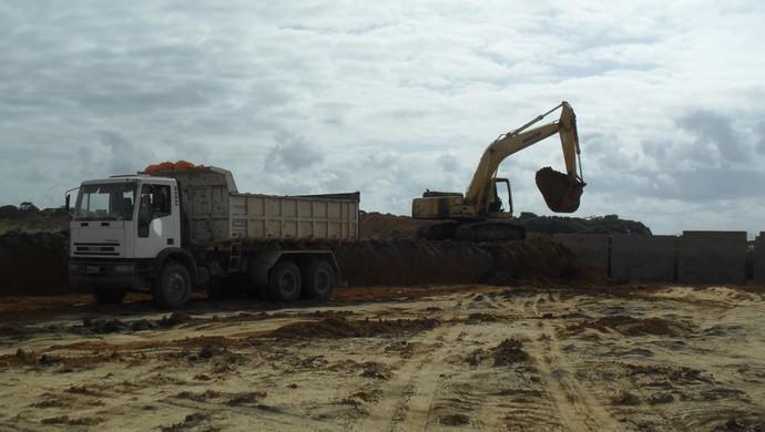 Terraplagem no CT do CRB entra na reta final na Barra de São Miguel (Foto: Denison Roma / GloboEsporte.com)