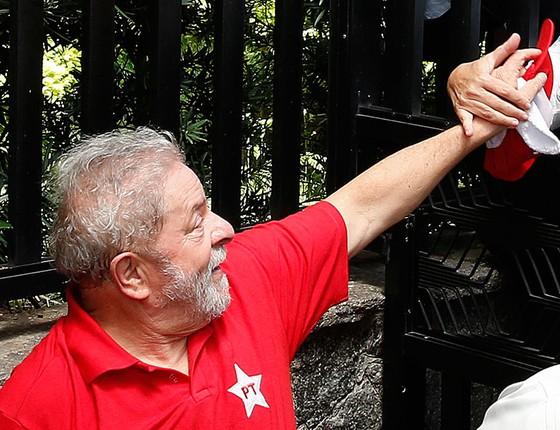 O ex-presidente Lula cumprimenta militantes do PT em frente ao seu prédio em São Bernardo do Campo dia 4 de março (Foto: AP Photo/Andre Penner)
