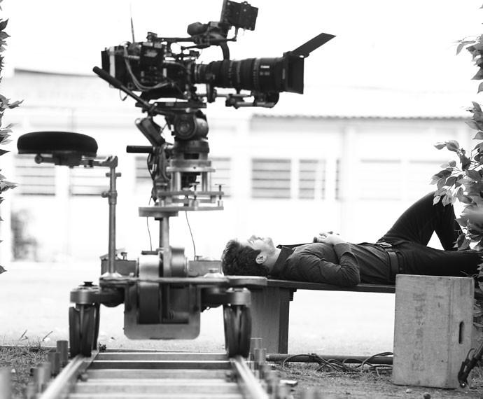 Maurício Destri descansa no intervalo das gravações (Foto: Raphael Dias/Gshow)