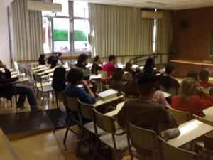 Estudantes assistam aula na FFLCH-USP nesta segunda-feira (22) (Foto: Ana Carolina Moreno/G1)